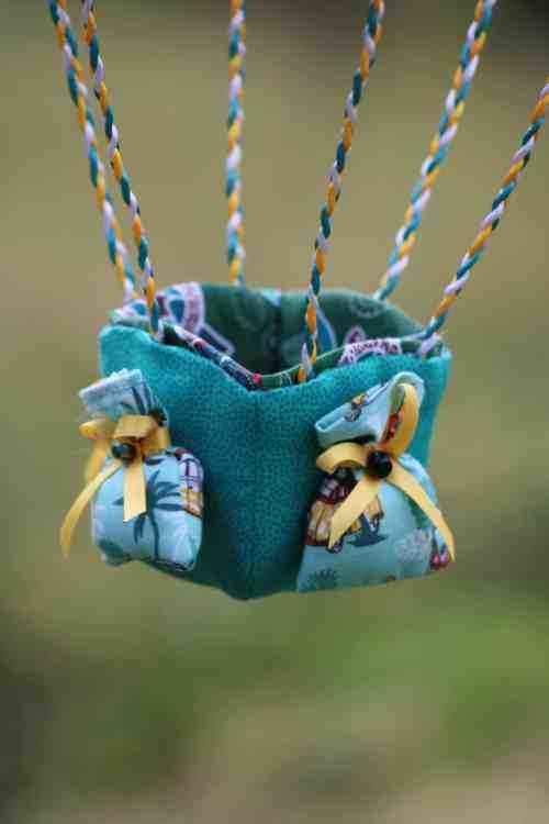 Nacelle en tissu turquoise et petits sacs - Montgolfière de décoration - thème Océan. Atelier à Villefranque (64)