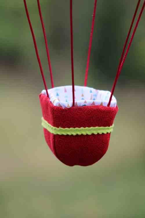 Nacelle en tissu rouge, pour une montgolfière de décoration - thème Dragons et Princesse au château. Atelier à Villefranque (64)