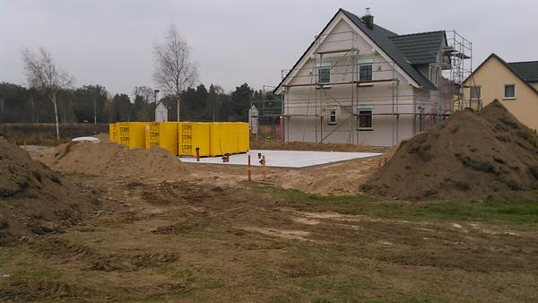 Die letzte Bodenplatte auf der Nordseite des Baufelds.