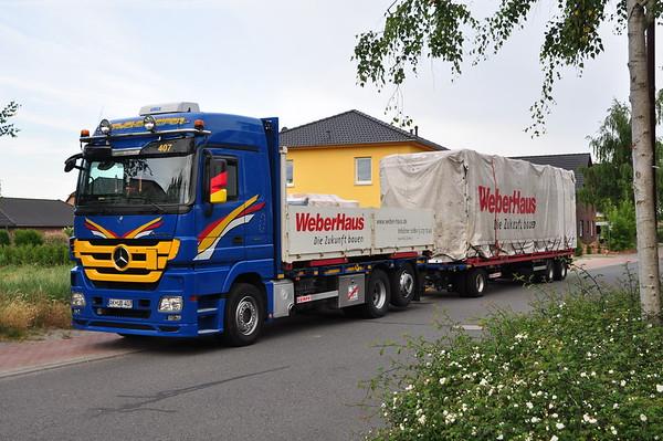 Der erste Laster, mit den Teilen für's Erdgeschoss parkte ganz in der Nähe.