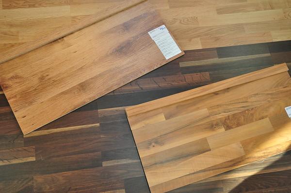 Unser Laminat. oben: Eiche Planken für das EG - unten: Nussbaum Schiffsboden für das OG