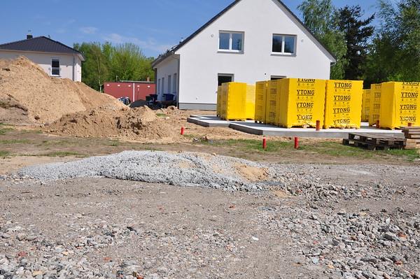 Beim Nachbarn stapeln sich die Steine, aber seine Baufirma hat uns Betonfladen hinterlassen.
