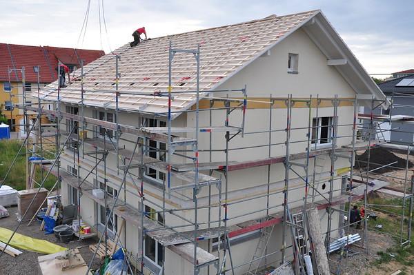 Im nu ist auch das Dach fast vollständig.