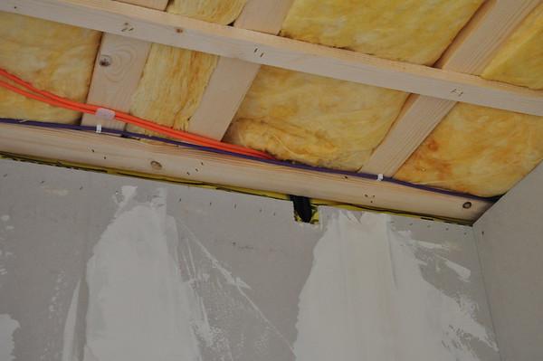 Leerrohr zur EG Decke und Kabel an der Decke.