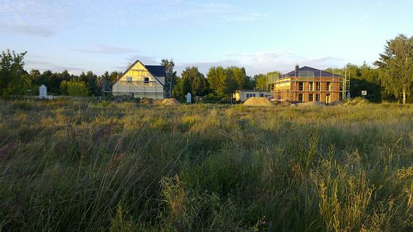 Blick von der hinteren Grundstücksecke zu den Nachbarn
