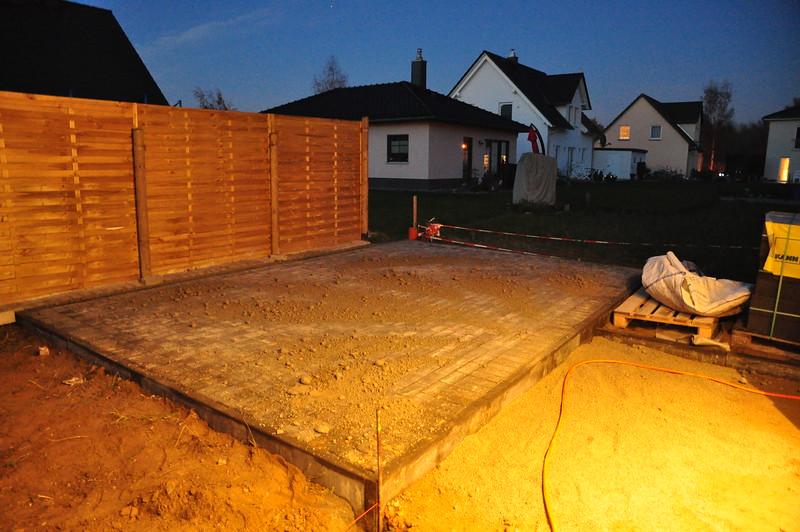 Die Fläche fürs Gartenhaus ist gepflastert.