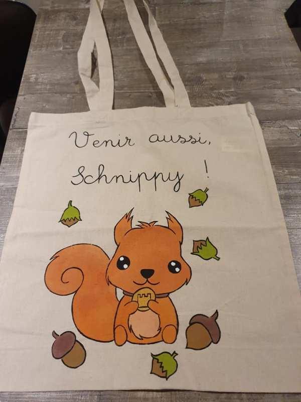 Tote bag représentant un écureuil mangeant des noisettes