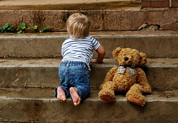 Image représentant un enfant en train de monter des marches