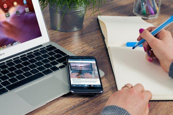 image représentant un carnet de notes ouvert, un ordinateur et un smartphone