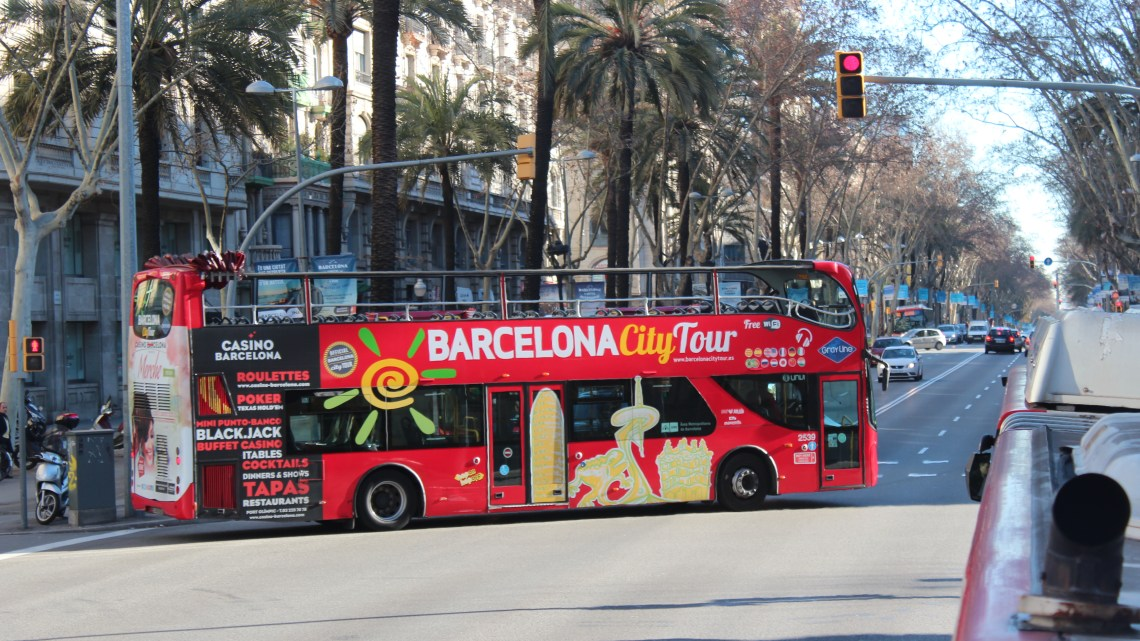 La Sagrada Familia y el bus turistico