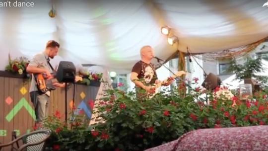 I can't dance (Genesis) revu par un groupe Letton à Riga…