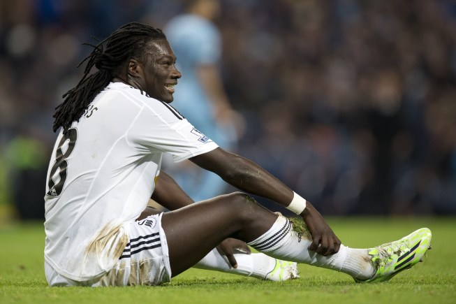 Swansea City's French striker Bafetimbi Gomis reacts to a missed chance during the English Premier League football match between Manchester City and Swansea City at the The Etihad Stadium in Manchester, north west England, on November 22, 2014. AFP PHOTO/OLI SCARFF RESTRICTED TO EDITORIAL USE. NO USE WITH UNAUTHORIZED AUDIO, VIDEO, DATA, FIXTURE LISTS, CLUB/LEAGUE LOGOS OR LIVE SERVICES. ONLINE IN-MATCH USE LIMITED TO 45 IMAGES, NO VIDEO EMULATION. NO USE IN BETTING, GAMES OR SINGLE CLUB/LEAGUE/PLAYER PUBLICATIONS. (Photo credit should read OLI SCARFF/AFP/Getty Images)