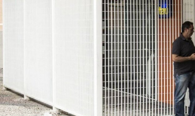 Agência bancária na Tijuca instala grades para coibir ações de vandalismo