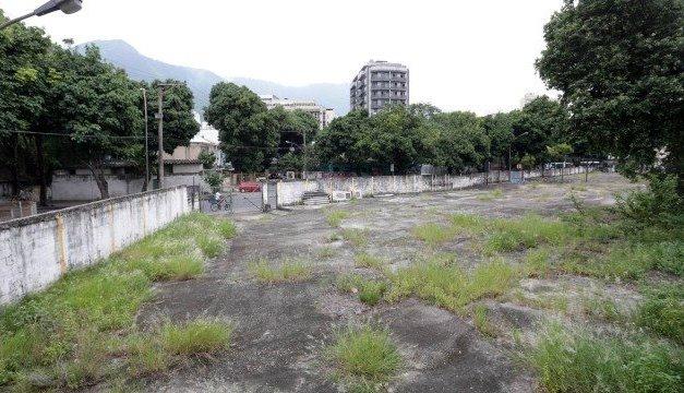 Terrenos do estado abandonados são alvos de críticas da população na Tijuca