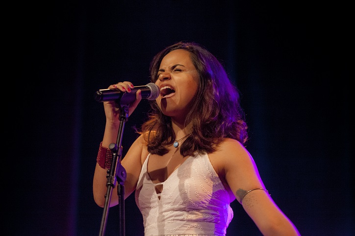 Simone Franco apresenta show no Ziembinski