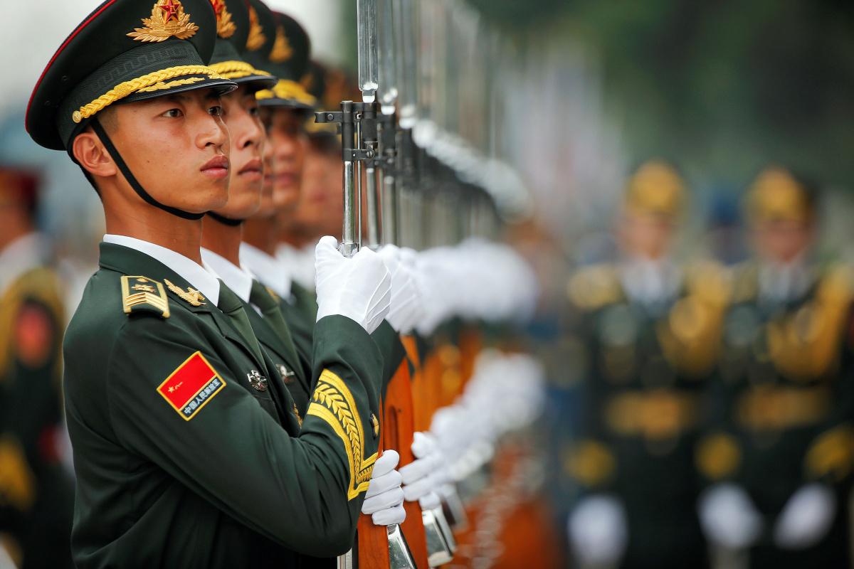 Les gardes d'honneur se préparent à la cérémonie d'accueil du Premier ministre grec Alexis Tsipras au Grand Palais du Peuple à Beijing, en Chine