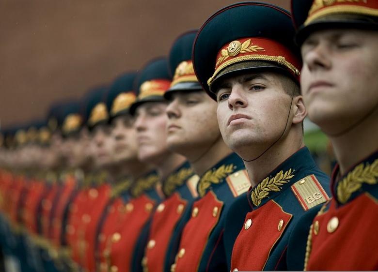 Un militaire garde d'honneur russe accueille l'US Navy Adm. Mike Mullen lors d'une cérémonie de dépôt de gerbe sur la tombe du Soldat inconnu à Moscou, Russie. Wikimedia Commons / US Navy
