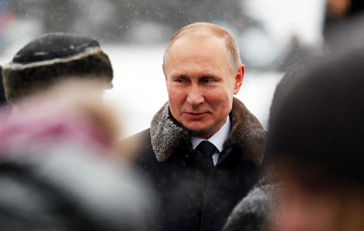 Le président russe Vladimir Poutine assiste à une cérémonie de dépôt de fleurs au cimetière commémoratif de Piskaryovskoye à l'occasion du 75e anniversaire de la percée du siège nazi de Leningrad pendant la Seconde Guerre mondiale, à Saint-Pétersbourg