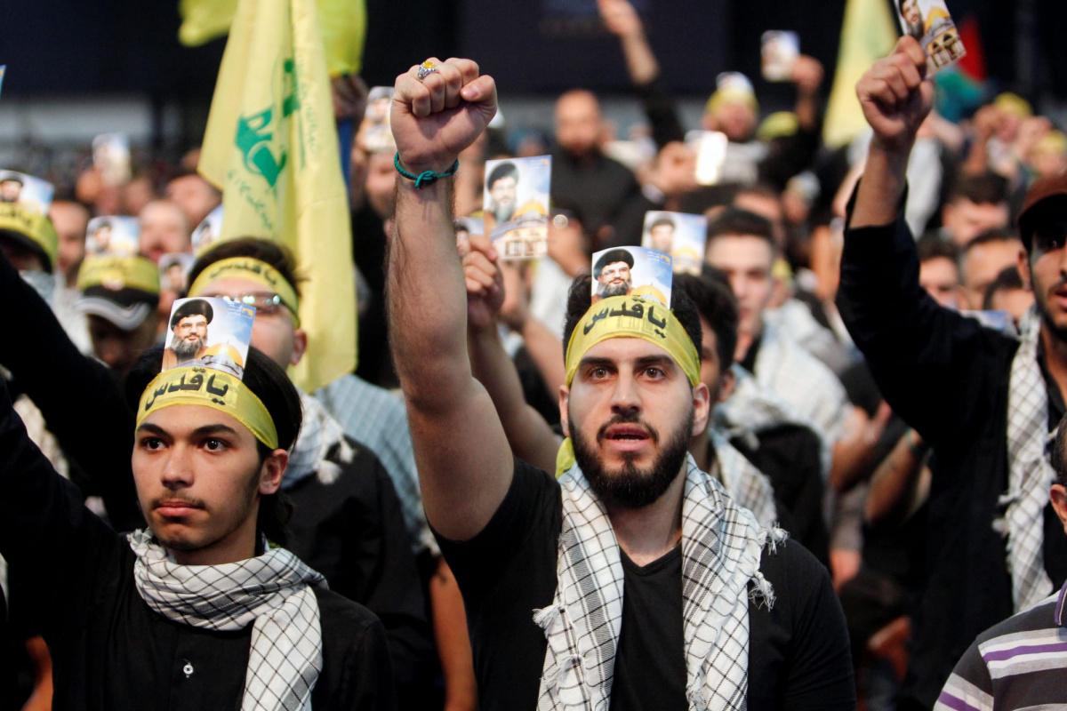 Los partidarios del líder de Hezbollah, Sayyed Hassan Nasrallah, corean consignas y gesto durante una manifestación que marca el día de Al-Quds en los suburbios del sur de Beirut, Líbano