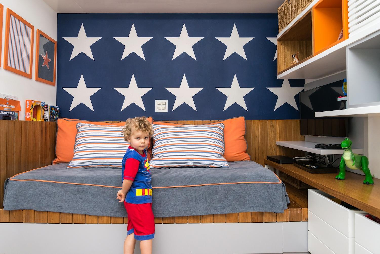 Quarto de menino com super heris e estrelas