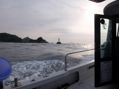 最初のポイントに着いたのが朝7時。灯台を過ぎたあたりから急にうねりが大きくなりました。