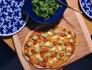 Pizza med fetaost, plommontomater och avokadokräm