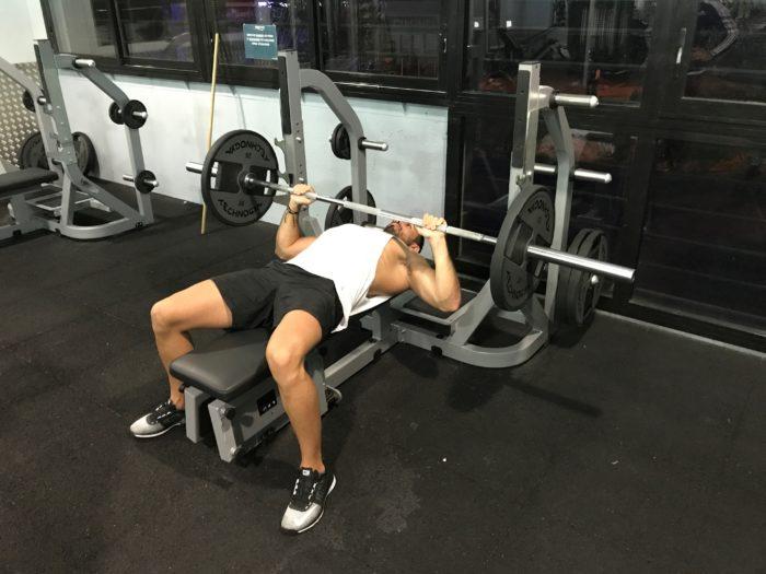 Exercice musculation: Développé couché barre