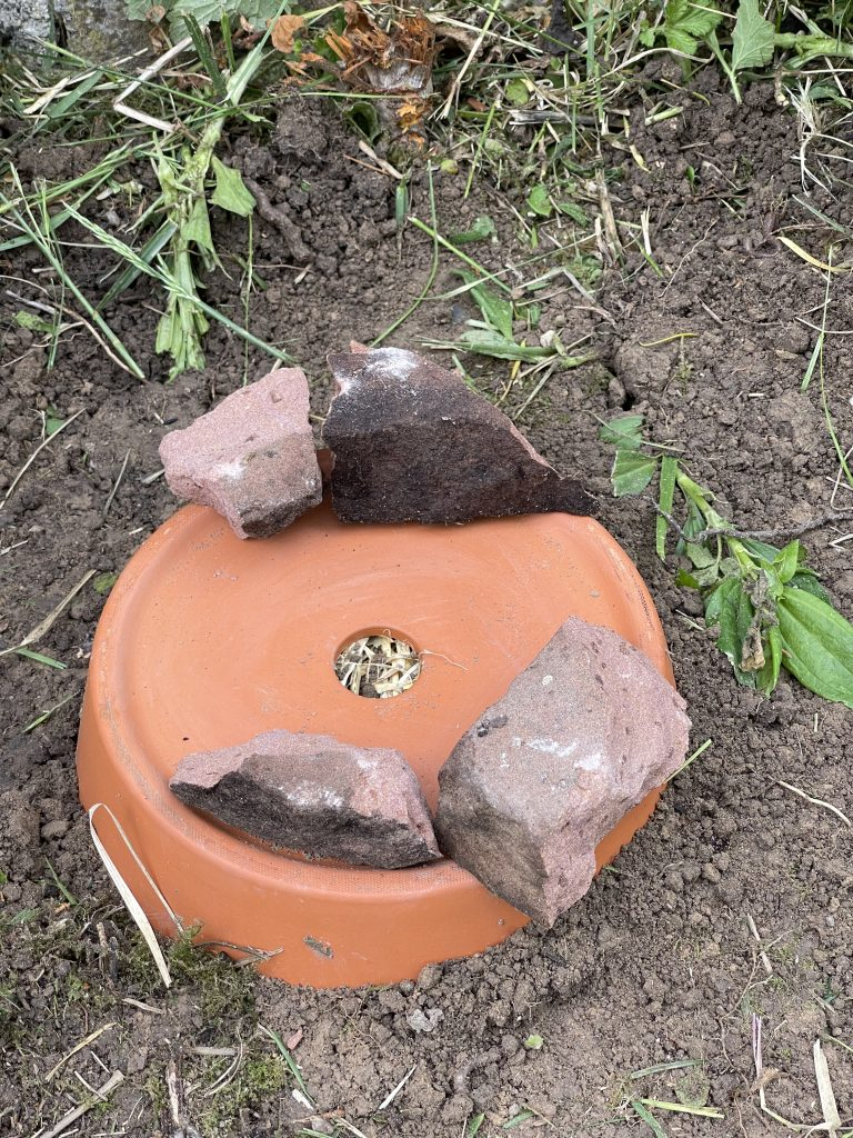 Kleine Steine dienen als Abstandshalter.