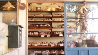 おいしそうなパンが並ぶベーカリーの写真