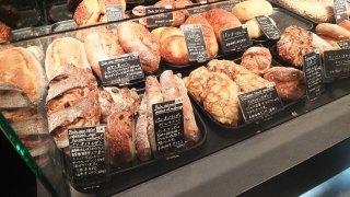 パンがたくさん並ぶベーカリーの写真