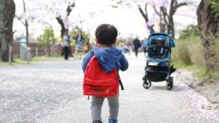 リュックを背負った子供の写真