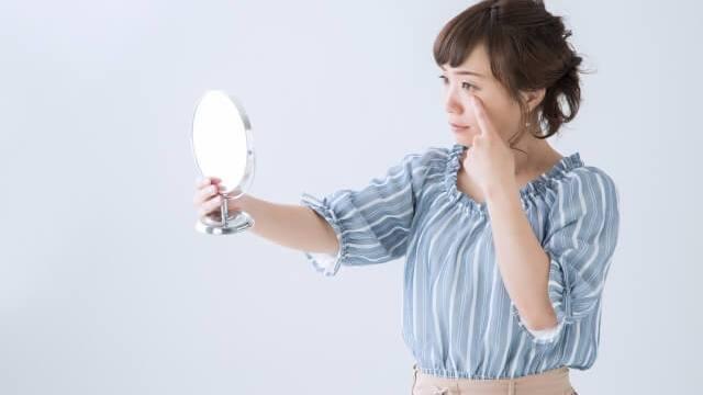 結膜炎を気にする女性の写真
