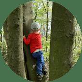 Kind am Baum