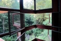 Corner window design