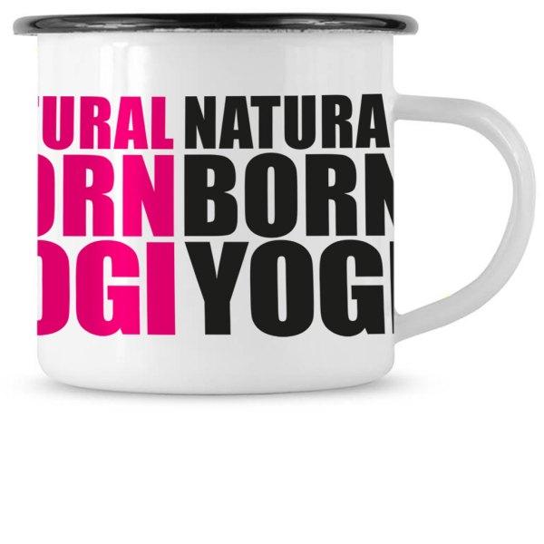 Weisse Emailletasse mit Natural Born Yogi Grafikaufdruck.