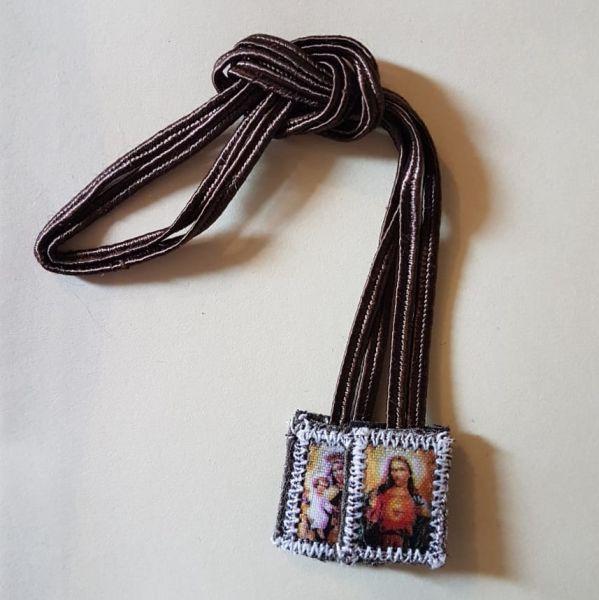 foto de um escapulário feito de pano e cordão