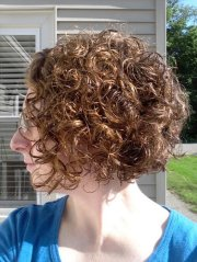curly angled bob abcisme