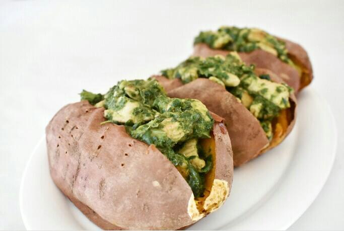 Batatas rellenas de pollo con pesto
