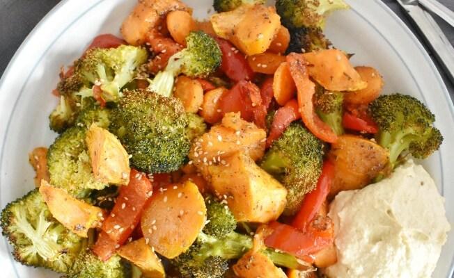 Brócoli y batata al horno con hummus