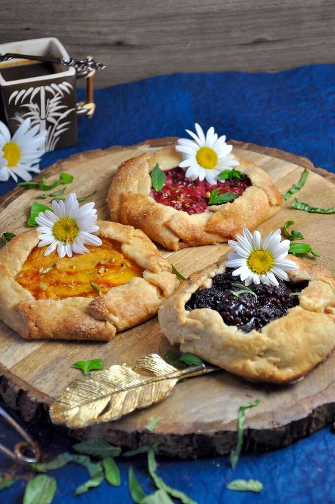 Sweet and sour fruits baked in a golden brown pastry dough, these Mini Fruit Galettes made with 3 different fillings (peach, blackberry and raspberry) are the perfect way to add some color to your summer! Make use of those delicious fruits and feel like a pastry chef with this simple recipe!