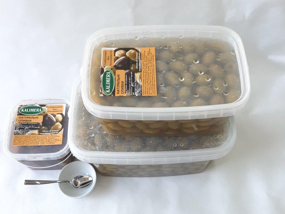 Прозрачный контейнер с оливками.