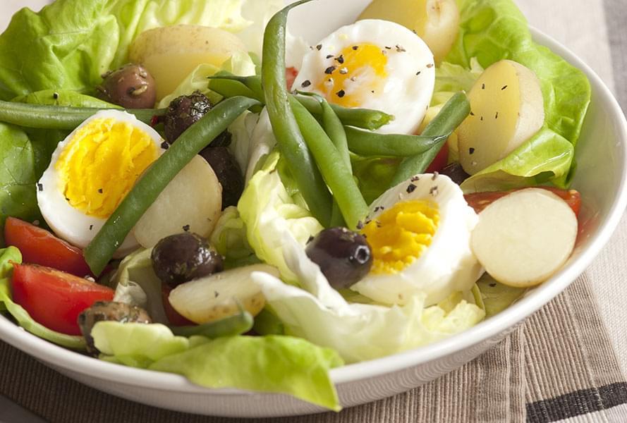 салат с яйцами и оливками Ингредиенты 1 картофель 200 г 70 г зеленой фасоли 170 мл 1 помидор 120 г 1/4 кудрявый салат 90 г 1 яйцо 6 черных оливок 2 1/2 ст. Л. 3 столовые ложки соуса винегрет 45 мл 0,2 г соли [по желанию] 1 щепотка 0,2 г молотого перца [по желанию]