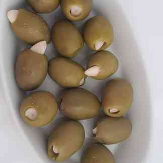 Треснутые надрезанные фаршированные оливки
