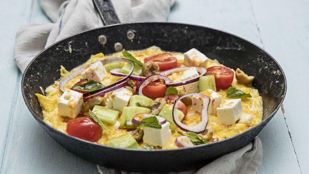Греческий салат омлет