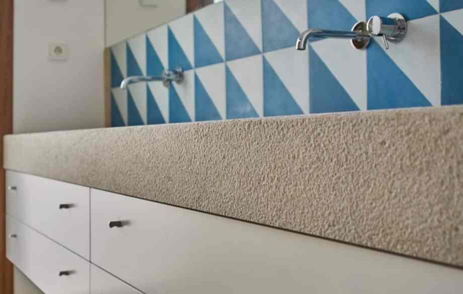 lavabo revestido de piedra natural
