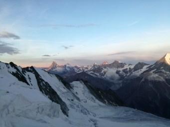 Dieser Ausblick bot sich uns am Festijoch im Morgengrauen. Das Matterhorn bekommt die ersten Sonnenstrahlen des Tages ab.