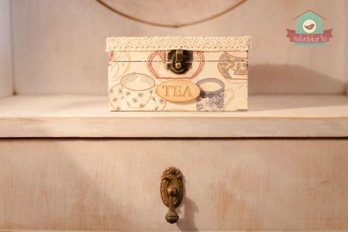 Egyedi készítésű teásdoboz csipkével, Tea felirattal