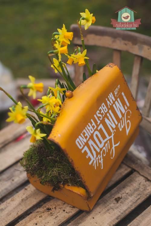 Antikolt sárga fém doboz felirattal