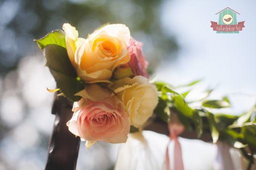 Szalagos kapu élővirágokkal