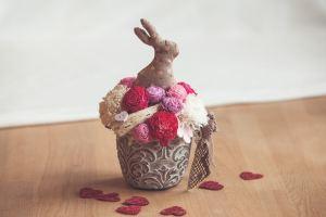 Textil nyuszis asztaldísz vidám virágokkal